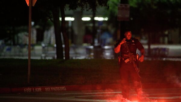 An armed police officer stands guard at a parking lot near the Curtis Culwell Center - Sputnik International