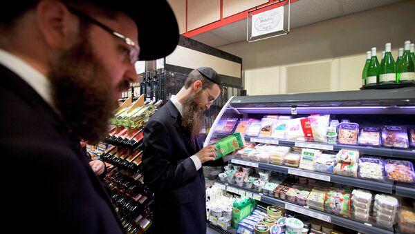 Orthodox Jewish men check kosher food at a supermarket in Berlin - Sputnik International