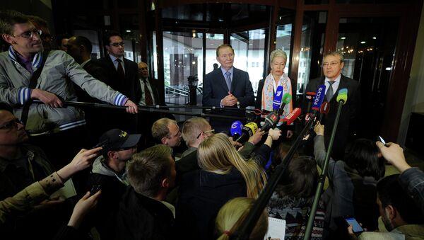 Former Ukrainian president Leonid Kuchma (3rdR), OSCE envoy Heidi Tagliavini (2ndR) and ambassador-at-large representing Russia Azamat Kulmukhametov (R) address the media after talks on resolving the Ukraine conflict in Minsk on May 6, 2015 - Sputnik International