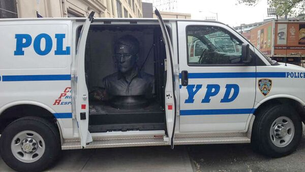 A sculpture of NSA whistleblower Edward Snowden is seen in the back of an NYPD van on May 6, 2015. - Sputnik International