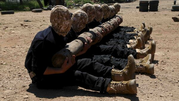 Rebel fighters from 'the First Regiment', part of the Free Syrian Army, hold log as they participate in a military training in the western countryside of Aleppo May 4, 2015 - Sputnik International