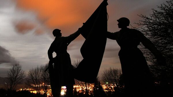 Statues of soldiers at the Haj Nicovo Soviet Red Army cemetery and memorial on the outskirts of the Slovakian town of Liptovsky Mikulas - Sputnik International
