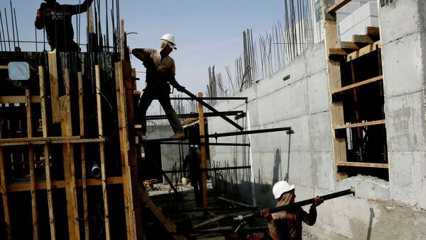 Palestinian laborers work on a construction site in Ramat Shlomo, a Jewish settlement in the mainly Palestinian eastern sector of Jerusalem, on October 30, 2013 - Sputnik International