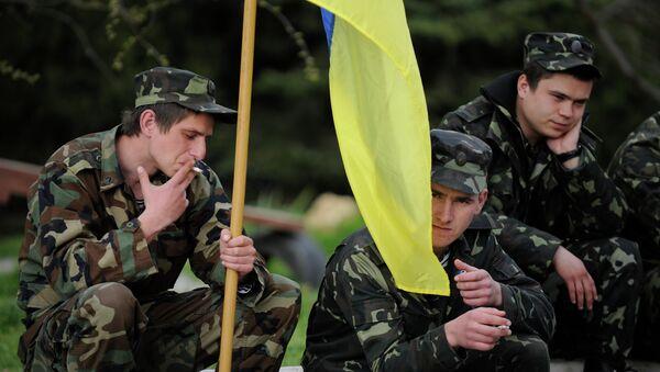 Ukrainian servicemen hold a Ukrainian flag before leaving the Belbek airbase near Sevastopol, Crimea, Friday, March 28, 2014 - Sputnik International