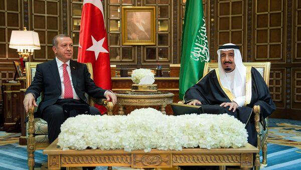 Turkey's President Recep Tayyip Erdogan, left, meets with Saudi King Salman, in Riyadh, Saudi Arabia. - Sputnik International