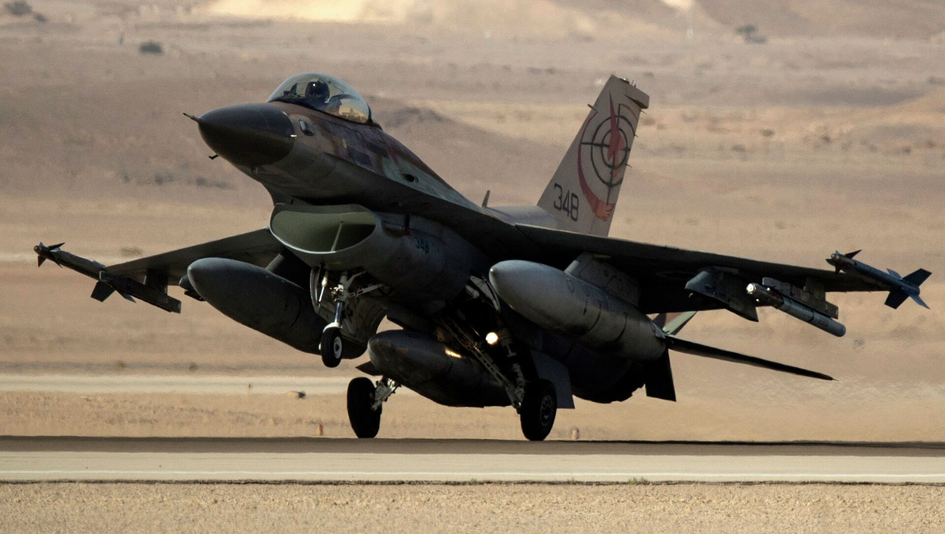 An Israeli F-16I fighter jet lands during the Blue Flag multinational air defense exercise that is organized from the Ovda air force base over the Negev Desert - Sputnik International, 1920, 20.08.2021