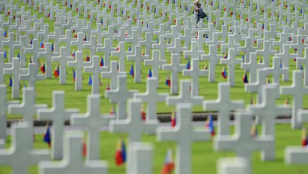 A woman walks amongst the graves of soldiers who fell during World War II, searching for a grave of a relative during a service to mark US Memorial Day at the Manila American Cemetery - Sputnik International