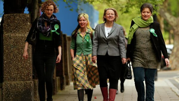 Natalie Bennett (2nd R), the leader of the Green Party arrives with supporters to vote at a polling station in London, Britain, May 7, 2015 - Sputnik International
