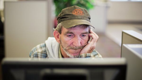 In this Oct. 20, 2014 photo, unemployed coal miner Eddie Jones looks for jobs on a computer at the Kentucky Career Center in Harlan, Kentucky. - Sputnik International