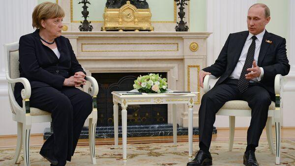 Russian President Vladimir Putin and German Chancellor Angela Merkel during meeting in the Kremlin on May 9, 2015 - Sputnik International