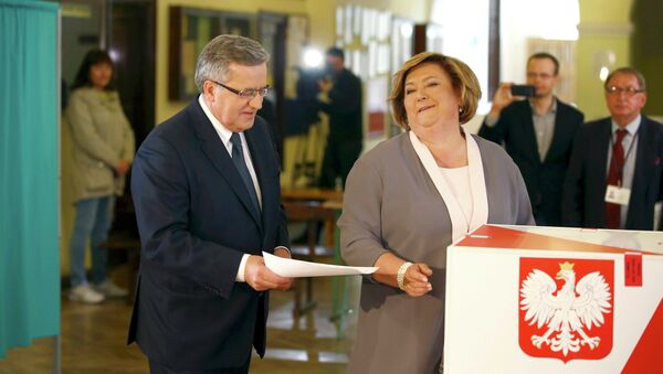 Polish President Bronislaw Komorowski and his wife Anna (R) cast their votes in the first round of the presidential election at a polling station in Warsaw, Poland May 10, 2015 - Sputnik International