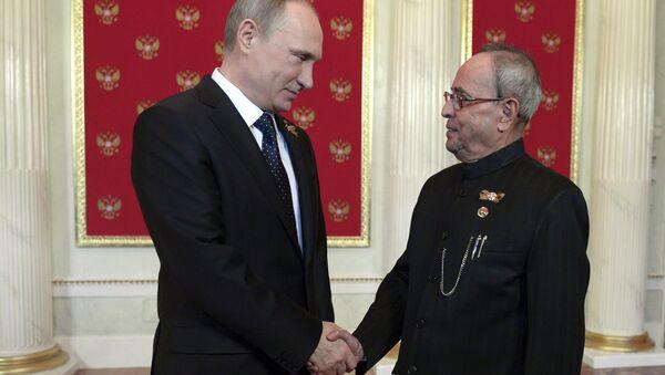 Russian President Vladimir Putin (L) shakes hands with his Indian counterpart Pranab Mukherjee - Sputnik International