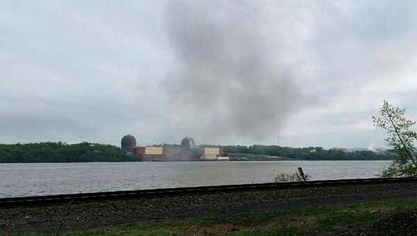 Smoke is seen over the Indian Point nuclear power plant in New York, in this handout photo provided by Gustavus Gricius taken May 9, 2015 - Sputnik International