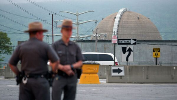 New York State Troopers stand at the main entrance of the Indian Point nuclear power plant Saturday May 9, 2015 - Sputnik International
