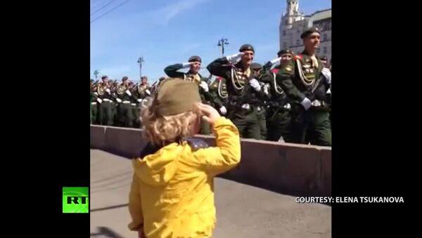 'Little General': Troops salute a kid in Moscow on V-Day - Sputnik International