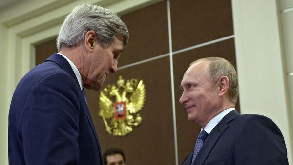 U.S. Secretary of State John Kerry (L) speaks with Russian President Vladimir Putin before a bilateral meeting at the presidential residence of Bocharov Ruchey in Sochi - Sputnik International