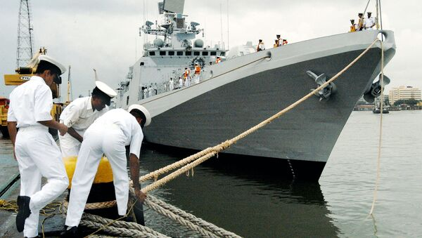 Indian Navy Personel secure the mooring ropes of INS Trishul, a Second Talwar Class Stealth Frigate,as she comes alongside the docks at the Naval Dockyard in Bombay, 23 September 2003 - Sputnik International