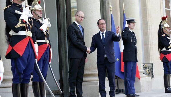 French President Francois Hollande (R) welcomes Ukraine's Prime Minister Arseny Yatseniuk at the Elysee Palace in Paris, France, May 13, 2015 - Sputnik International