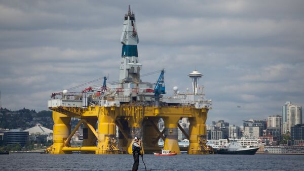 A man on a stand up paddle board is seen in front of the Shell Oil Company's drilling rig Polar Pioneer along the Puget Sound in Seattle, Washington, May 14, 2015 - Sputnik International