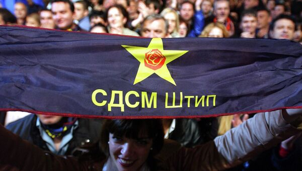 Supporters of the Social Democratic Union of Macedonia (SDSM) with party symbols - Sputnik International