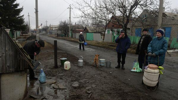 Debaltsevo residents get water from a well - Sputnik International