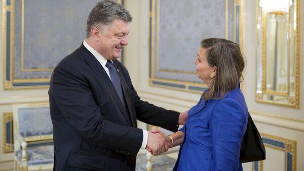 Ukrainian President Petro Poroshenko (L) greets U.S. Assistant Secretary of State for European and Eurasian Affairs Victoria Nuland during a meeting in Kiev, Ukraine, May 15, 2015 - Sputnik International