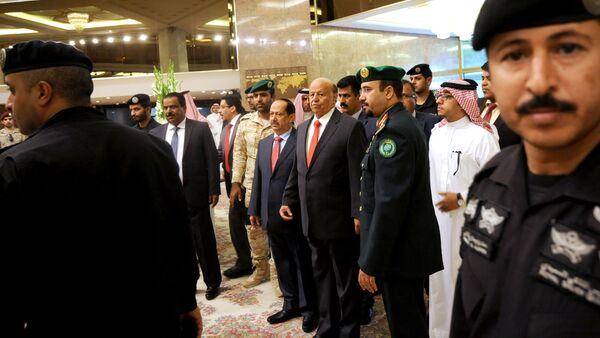 Yemen's exiled President Abed Rabbo Mansour Hadi (C) is seen surrounded by security forces upon his arrival for the opening of Riyadh Conference for Saving Yemen and Building Federal State in the Saudi capital Riyadh, on May 17, 2015 - Sputnik International