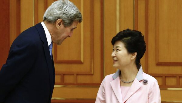 US Secretary of State John Kerry (L) speaks with South Korean President Park Geun-hye (R) prior to a meeting at the Blue House in Seoul on May 18, 2015 - Sputnik International