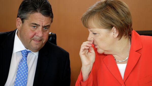 German Chancellor Angela Merkel speaks to the Vice-Chancellor Sigmar Gabriel. - Sputnik International