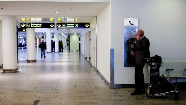 A man makes a phone call in Copenhagen International Airport in Kastrup  - Sputnik International