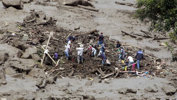 Residents remove mud and debris as they search for bodies after a landslide in the municipality of Salgar, in Antioquia department May 18, 2015 - Sputnik International