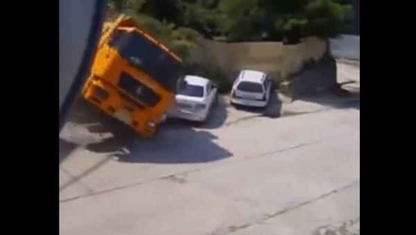 Man Narrowly Escapes Truck Crash - Sputnik International