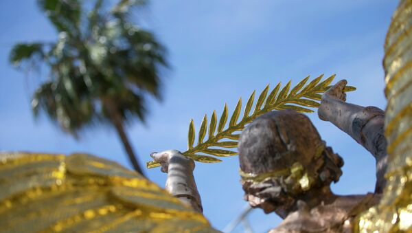 A Golden Angel statue, commemorating the 100th anniversary of the WW1, shows a Palme d'Or symbol outside the Carlton Hotel before the start of the 68th Cannes Film Festival in Cannes, Southern France, May 11, 2015 - Sputnik International