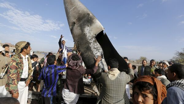 People carry part of a Saudi fighter jet found in Bani Harith district north of Yemen's capital Sanaa May 24, 2015 - Sputnik International
