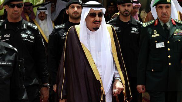 Saudi King Salman bin Abdulaziz (C) walks surrounded by security officers - Sputnik International