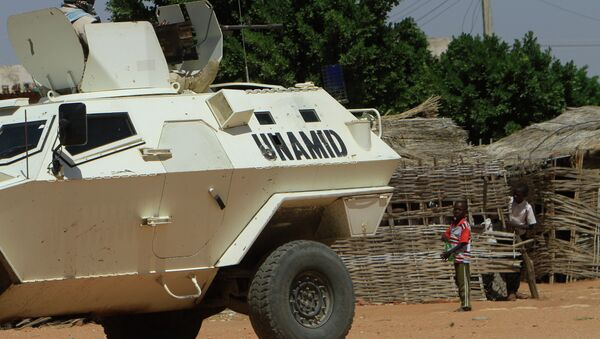 UN-African Union mission to Darfur (UNAMID) vehicle patrols a street in the city of Nyala in Sudan's Darfur, on November 5, 2014 - Sputnik International