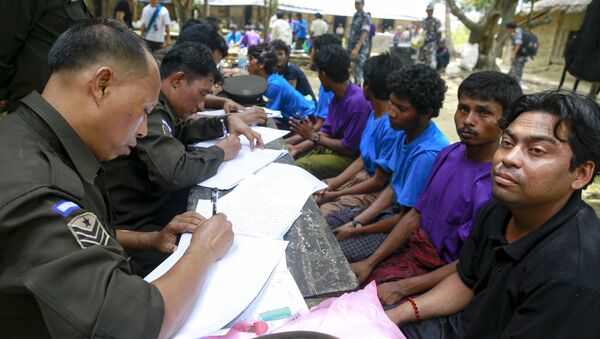 Rohingya Muslims from Myanmar, who were rescued by the Myanmar navy alongside Bangladesh refugees, are interviewed by immigration officers at a Muslim religious school used as a temporary refugee camp, at the Aletankyaw village in the Maungdaw township, in Rakhine state May 23, 2015 - Sputnik International
