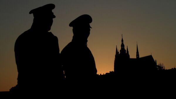 Czech policemen stand guard backdropped by Prague's castle - Sputnik International