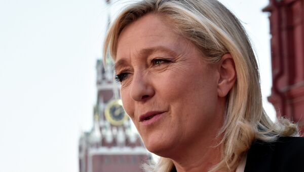 France's far-right Front National (FN) party president Marine Le Pen visits Moscow's Red Square before a meeting with Russia's State Duma speaker Sergei Naryshkin on May 26, 2015 - Sputnik International
