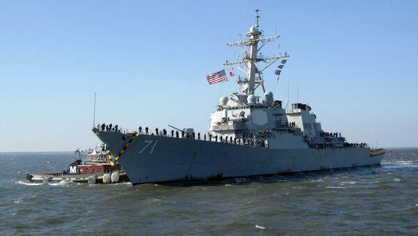 Tug boat guides USS Ross to the pier as it returns to Norfolk - Sputnik International