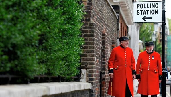 Chelsea Pensioners as they see the media after voting at a polling station in London. - Sputnik International
