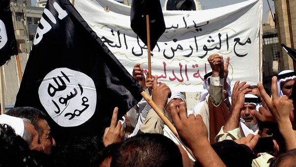 Demonstrators chant pro-al-Qaida-inspired Islamic State of Iraq and the Levant (ISIL) as they wave al-Qaida flags in front of the provincial government headquarters in Mosul. File photo - Sputnik International