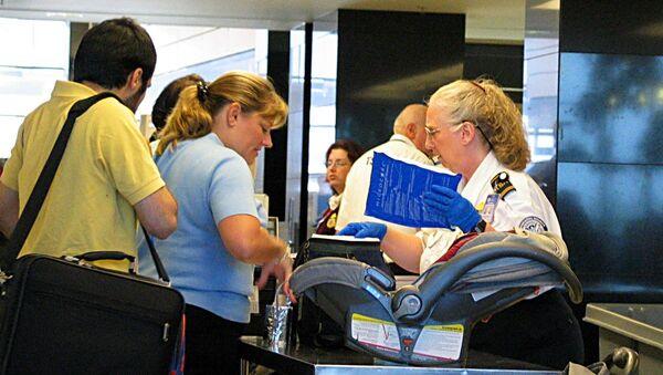 TSA agent checks traveler's baggage. - Sputnik International