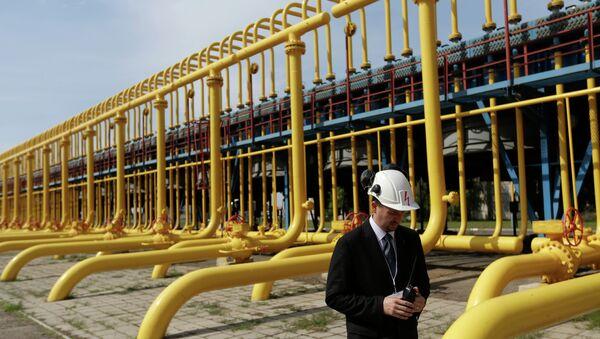 An employee walks past gas pipes at the gas compressor station in Velke Kapusany, Slovakia - Sputnik International