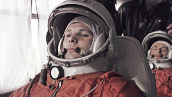 Yuri Gagarin and German Titov on their way to Baikonur Space Center - Sputnik International