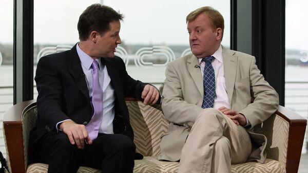 Former Liberal Democrats leader Charles Kennedy, right, speaks with leader of the Liberal Democrats Party, Nick Clegg, left. - Sputnik International