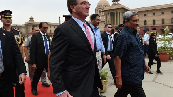 Indian Defence Minister Manohar Parrikar (R) walks with US Secretary of Defence Ashton Carter (C) ahead of a guard of honour at the Ministry of Defence in New Delhi on June 3, 2015 - Sputnik International