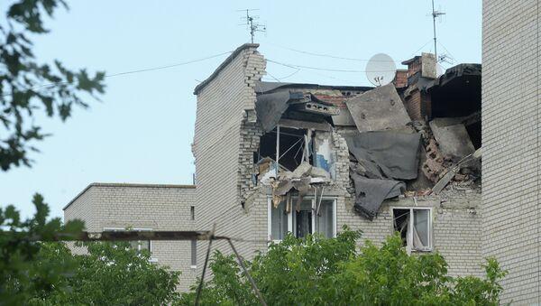 Residential building damaged by the artillery shelling of the city of Mayrinka near Donetsk by Ukrainian forces - Sputnik International