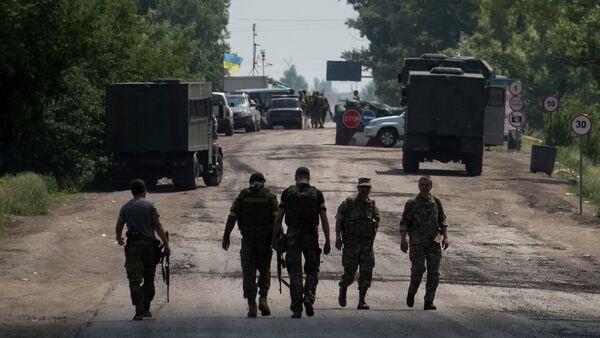 Ukrainian servicemen from battalion Kiev1 walk outside a checkpoint near Marinka, Donetsk region, eastern Ukraine - Sputnik International