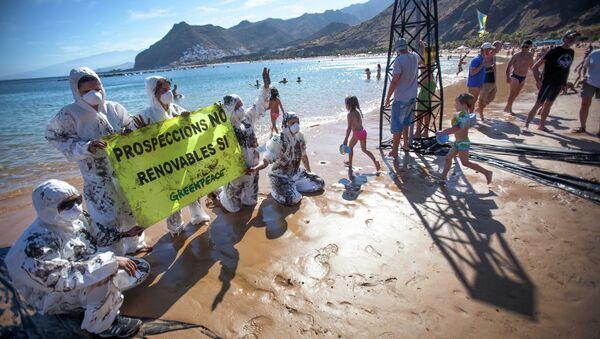 Greenpeace volunteers hold up a sign saying prospecting NO, Renewables YES on Playa de Las Teresitas north of Santa Cruz de Tenerife - Sputnik International